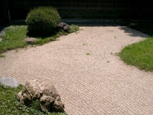 https://commons.m.wikimedia.org/wiki/File:Japanese_Zen_garden.jpg